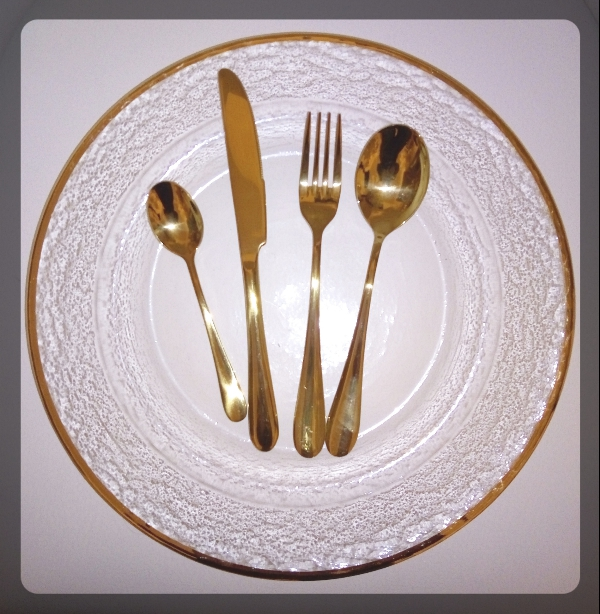 charger plate gold rim with cutlery
